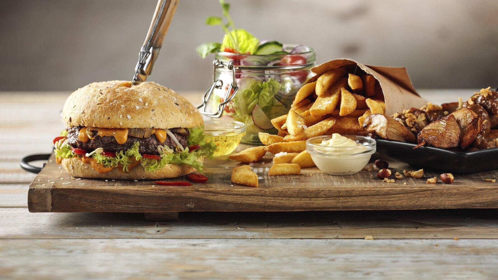 De sauzen en dressings van Remia zijn heerlijk op een burger, bij frites, een salade of op saté.