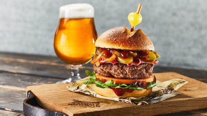 Hamburger, met kaas, Smokey BBQ Beer, barbecuesaus met bier, saus, broodje, Burger & Grill
