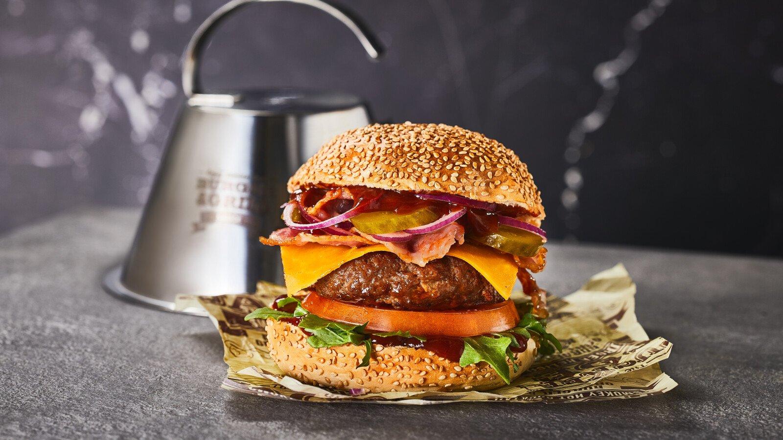 Hamburger, met kaas, Smokey BBQ Beer, barbecuesaus met bier, saus, broodje
