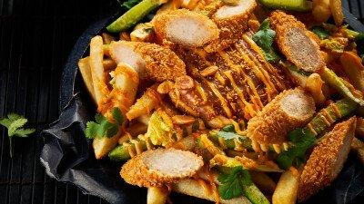 Loaded fries met kipcorn en satésaus