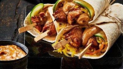 Wrap met kip, groenten en satésaus