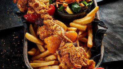 Shaslick met paprika, satésaus en frites